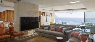 Современная гостиная с видом на океан — стоковое фото