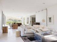Escritório em casa moderno e sala de estar — Fotografia de Stock