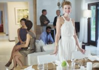 Frau lächelt bei Party am Tisch — Stockfoto