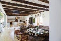 Открыть план этажа в роскошный дом — стоковое фото