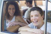 Famiglia moderna felice equitazione in auto insieme — Foto stock