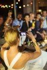 Portrait de femme prise d'amis à la fête — Photo de stock