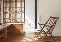Жалюзи отбрасывают тени в современной спальне — стоковое фото