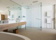 Interior da casa de banho moderna dentro de casa — Fotografia de Stock