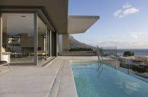 Natação piscina exterior exterior de casa vitrine de luxo — Fotografia de Stock
