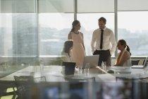 Geschäftsleute unterhalten sich am Laptop im Konferenzraum — Stockfoto