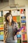 Ritratto di donna di affari sicura casual in ufficio — Foto stock