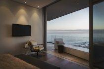 Oceano de Crepúsculo tranquilo Ver os além da varanda de casa vitrine de luxo — Fotografia de Stock