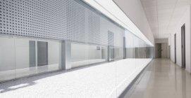 Interior de escritório moderno durante o dia — Fotografia de Stock