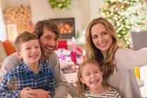 Selfie di famiglia tenuto alla tabella di pranzo di Natale — Foto stock