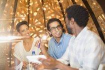 Улыбаясь деловых людей, говорящих в заседании — стоковое фото