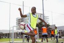 Футболист, играющий в футбол на поле — стоковое фото