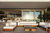 Диваны и таблица на современных патио интерьера — стоковое фото