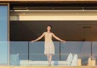 Woman standing on luxury balcony — Stock Photo