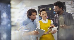 Людей творчих бізнес планування, за допомогою цифрових планшетів у office — стокове фото