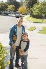 Портрет улыбающегося отца и сына у дома — стоковое фото