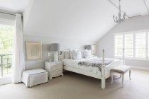 Dormitorios de lujo blanco en el interior durante el día - foto de stock