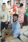Людина посміхаючись партія — стокове фото