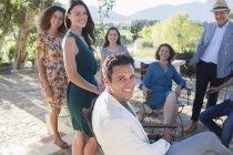 Счастливая красивая семья собралась на заднем дворе — стоковое фото