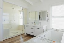 Ванная комната в роскошный современный дом — стоковое фото