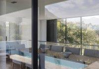 Vitrine casa sala interior rodeada de windows — Fotografia de Stock
