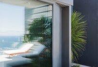 Palme, modernen Hauses Ecke spähen — Stockfoto