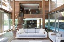 Acogedor salón moderno interior - foto de stock
