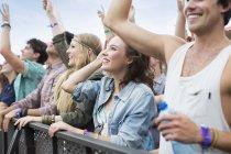 Болельщики восхищаться на фестивале музыки — стоковое фото