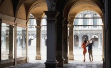 Couple dancing in archway in Venice — Stock Photo