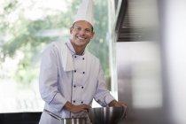 Koch lächelnd in Restaurantküche — Stockfoto