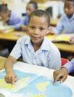 Studenti afroamericani che utilizzano la mappa del mondo in classe — Foto stock