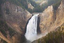Вид с воздуха на водопад в скалистом каньоне — стоковое фото