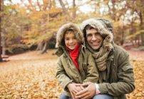 Père caucasien et fils souriant dans le parc — Photo de stock
