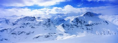 Просмотр снега охватывает горный хребет — стоковое фото