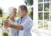 Senior caucasien couple dansant sur patio — Photo de stock