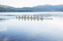 Canottaggio squadra canottaggio scull sul lago — Foto stock
