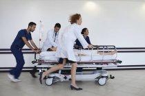 Krankenhauspersonal eilt Patient in den Operationssaal — Stockfoto