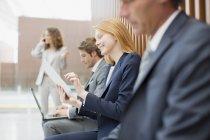 Gente di affari che utilizza computer portatile e ridurre in pani digitale — Foto stock