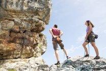 Due scalatori che esaminano la formazione rocciosa — Foto stock