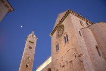 Vista de ângulo baixo da torre de igreja e bell — Fotografia de Stock