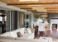 Interno con divano e tavolo moderno patio — Foto stock
