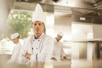 Шеф-кухар, стоячи в кухні ресторану — стокове фото