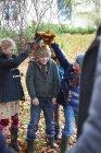 Bambini che giocano in autunno foglie all'aperto — Foto stock