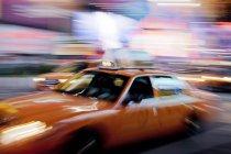 Nachts verschwommene Sicht auf Taxi auf der Stadtstraße — Stockfoto