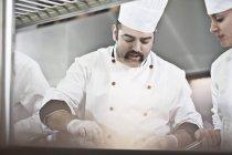 Chefs de cozinha em cozinha de restaurante — Fotografia de Stock