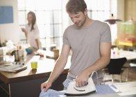 Mann-Bügeln-Shirt in Küche — Stockfoto