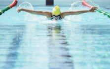 Пловец, гонки в воде бассейна — стоковое фото