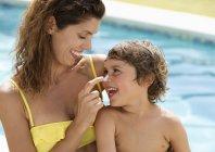Mutter Sohn Gesicht Sonnenschutz zuweisen — Stockfoto