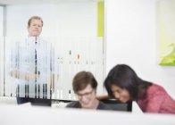 Uomo d'affari intercettazioni su colleghi di ufficio moderno — Foto stock