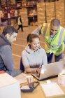 Arbeitnehmer mit Laptop im Lager — Stockfoto